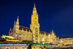 Здание муниципалитет и рождественская ярмарка в Мюнхене, Германии Стоковое Фото