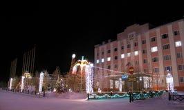 Здание муниципалитет, конец-вверх. Новый Год. Одетое дерево. Формы льда. Стоковая Фотография