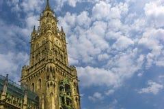 Здание муниципалитет Мюнхена, Германии в голубом небе Стоковые Фотографии RF