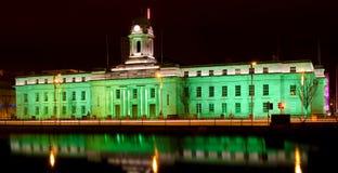 Здание муниципалитет пробочки - день St. Patrick Стоковая Фотография