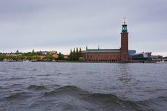 Здание муниципалитет Стокгольма шлюпкой Стоковые Фотографии RF