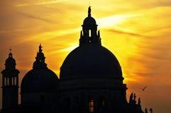 Здание на заходе солнца стоковые изображения