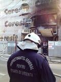 Здание на огне стоковые фото