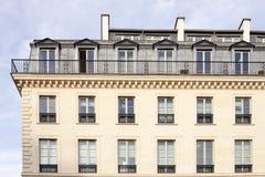 Здание на предпосылке голубого неба в Париже Стоковая Фотография RF