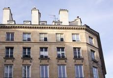 Здание на предпосылке голубого неба в Париже Стоковое Изображение
