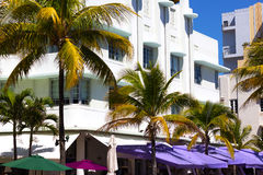 Здание на улице с ладонями и coloful зонтиками Стоковые Фотографии RF