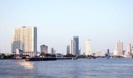 Здание небоскреба берега реки Стоковое Изображение RF
