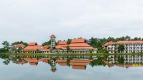 Здание отражения на озере стоковое изображение