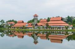 Здание отражения на озере стоковая фотография rf