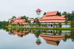 Здание отражения на озере стоковые фото