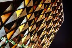 Здание офиса стеклянное в конспекте на ноче Стоковые Изображения
