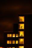 Здание офиса стеклянное в конспекте на ноче Стоковое Изображение