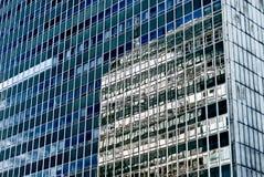 Здание офиса стеклянное в конспекте Стоковые Изображения RF