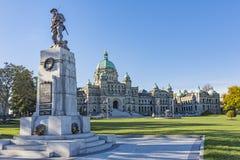 Здание парламента Британской Колумбии с военным мемориалом на переднем плане Викторией ДО РОЖДЕСТВА ХРИСТОВА Канадой Стоковые Изображения