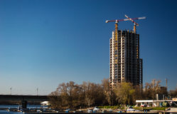 Здание под конструкцией на голубой предпосылке с br метро Стоковое Изображение
