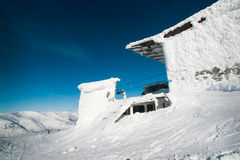 Здание подъема лыжи в снег Стоковое Изображение