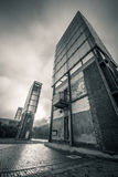 Здание против драматического неба стоковое фото