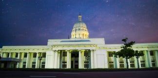 Здание ратуши под звёздным небом стоковая фотография