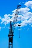 Кран конструкции против неба Стоковая Фотография RF