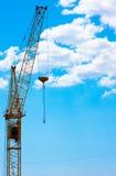 Кран конструкции против неба Стоковые Изображения RF