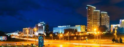 Здание сцены панорамы ночи в Минске, Беларуси Стоковые Изображения RF