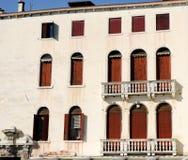 Здание с 2 балконами с балюстрадой в белых столбцах на грандиозном канале в Венеции в Италии Стоковые Фото