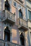 Здание с балконом и окна в венецианском стиле Стоковая Фотография