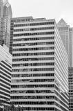 Здание с окнами зеркала тонизировало в черно-белых цветах Стоковые Изображения