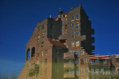 Здание с отражением в воде Стоковые Фотографии RF