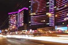 Здание с ярким пестротканым освещением стоковая фотография rf