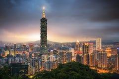 Здание Тайбэя 101 и город Тайбэя на вечере Стоковое Изображение