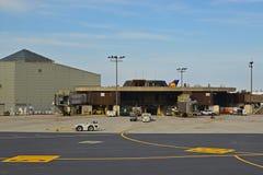 Здание терминала международного аэропорта свободы Ньюарка с взлётно-посадочная дорожка Стоковое Изображение RF