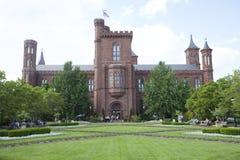 Здание учреждения смитсоновск стоковые фотографии rf
