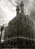 Здание фабрики с стогами дыма Стоковые Изображения RF