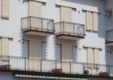 Здание af фасада с загородкой балкона и утюга Стоковая Фотография