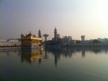 здание amritsar покрыло висок листьев Индии всего золота золотистый Стоковые Фотографии RF