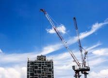 Здание highrise конструкции на голубом небе стоковое фото