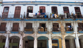 Здание Shaby, плохих и сломленных в центре города Гаваны Стоковая Фотография RF