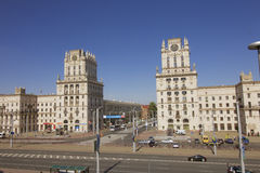 Здания возвышаются на железнодорожном квадрате в Минске, Беларуси стоковые фотографии rf
