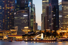 Здания в городе Сингапура в предпосылке сцены ночи Стоковое Изображение