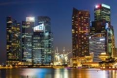 Здания в городе Сингапура в предпосылке сцены ночи Стоковое фото RF