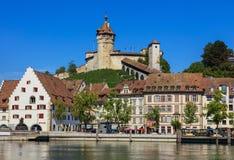 Здания вдоль Рейна и крепости Munot в Schaffhausen, Швейцарии Стоковое Фото