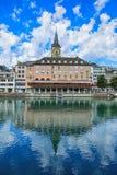 Здания вдоль реки Limmat в исторической части Цюриха Стоковая Фотография