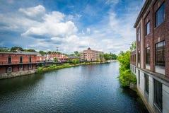 Здания вдоль реки Nashua, в Nashua, Нью-Гэмпшир Стоковое Фото