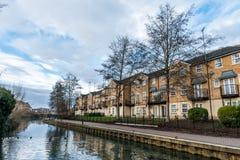 Здания вдоль реки Nene в Нортгемптоне, Великобритании Стоковые Фотографии RF