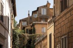 Здания в Риме, столица Италии, с охрой покрасили стены Стоковые Изображения RF