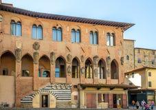 Здания в Duomo аркады в Пистойя Стоковая Фотография