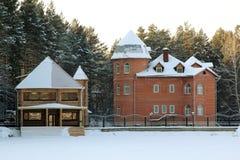 2 здания - деревянное и кирпич Стоковое Изображение