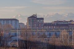 Здания и белые горы на предпосылке Район Lingotto turin Италия Стоковая Фотография RF