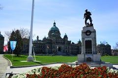 Здания и военный мемориал парламента в Виктории ДО РОЖДЕСТВА ХРИСТОВА, Канада Стоковая Фотография